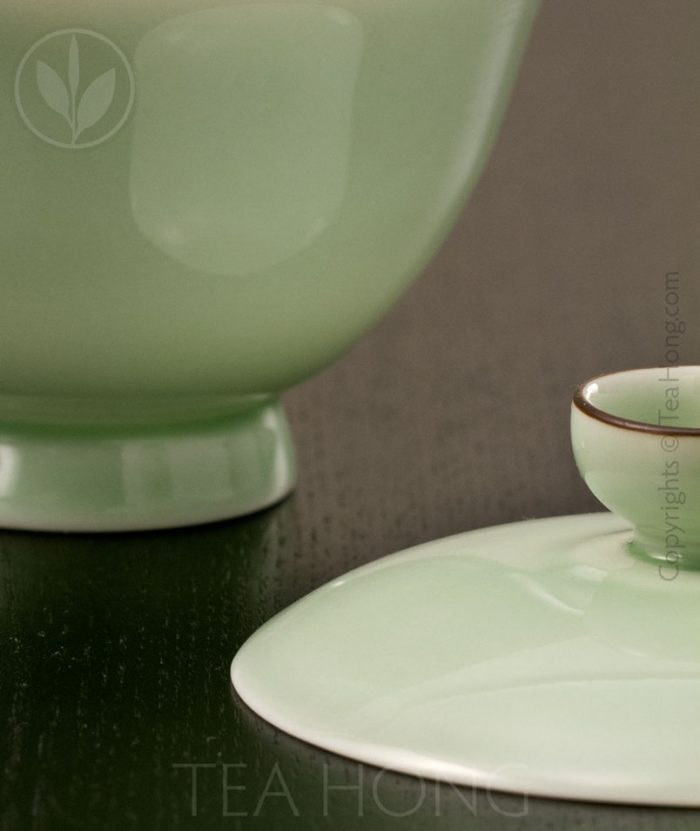 The profile of the foot and the thinness of the rim of the cover are all part of the tea specialist design