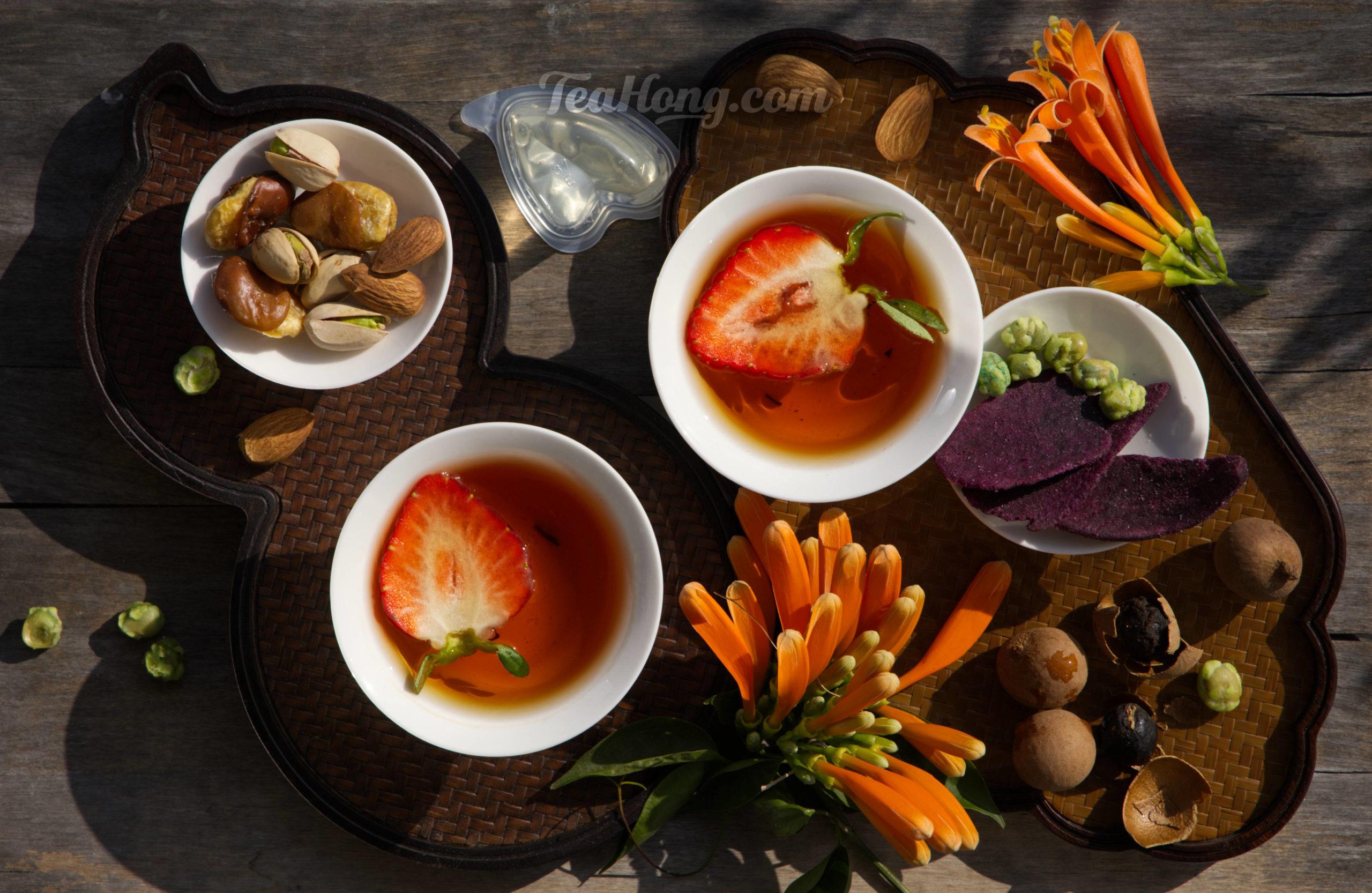 Keemun black tea with strawberry as condiment